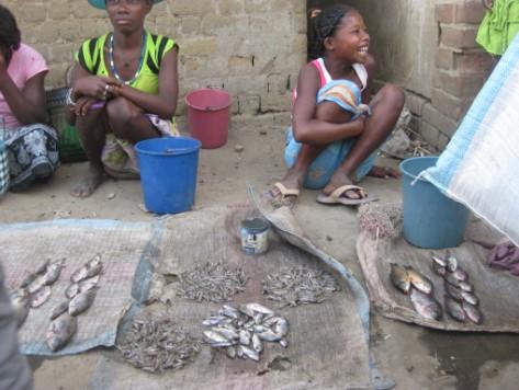 11 Petits marchands dans les rues de SAKALALINA