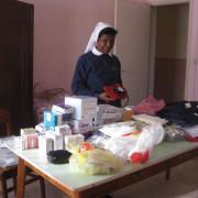 Soeur Sabine réceptionne les médicaments à AMBATOMANJAKA