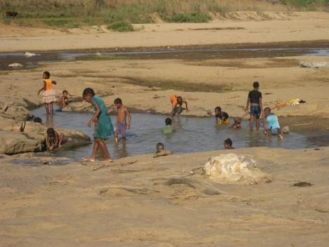 16 La rivière et les baigneurs