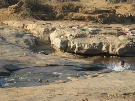 17 La rivière et les baigneurs