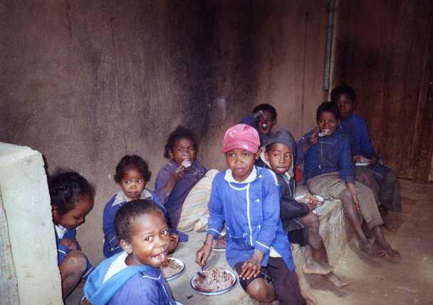 2006 Midi à la cantine d'AMBATOFOTSY repas gratuit de riz et de haricots