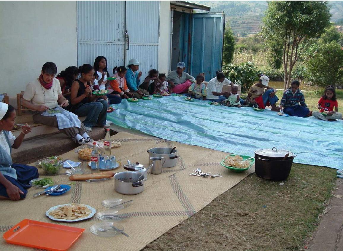 2006 Un repas partagé avec les Enfants d'AMBATOFOTSY