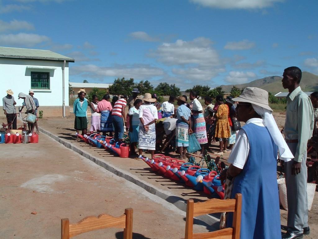 2007 Distribution de matériel à SAKALALINA