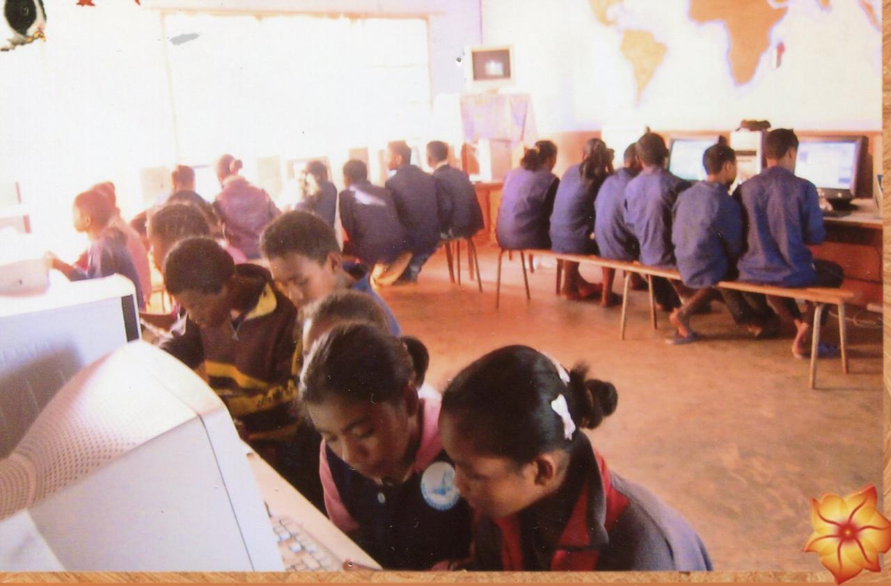 2014 Les élèves suivent un cours informatique AMBATOMANJAKA
