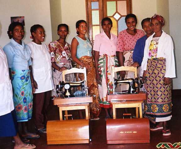29 2005 Les brodeuses. 2 machines à coudre achetées grâce aux actions des jeunes de VALLET