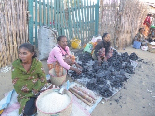 9 marchands dans les rues de SAKALALINA