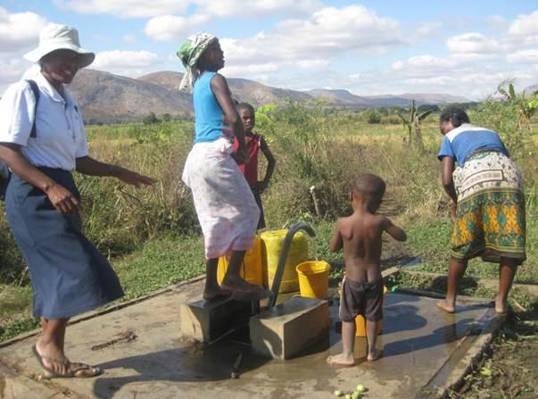 2015 Construction de 3 puits à SAKALALINA