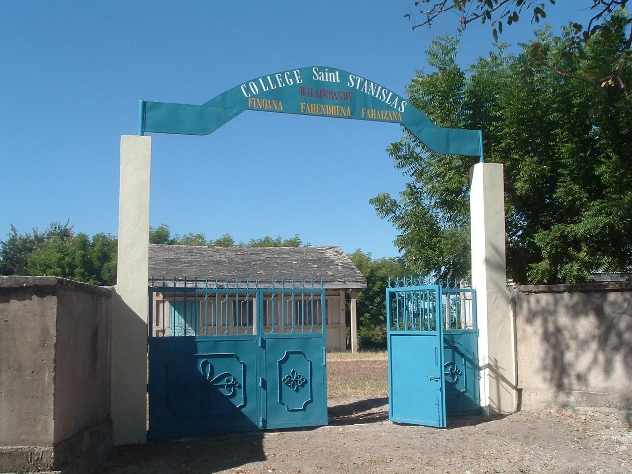 L'entrée de l'école de MALAIMBANDY