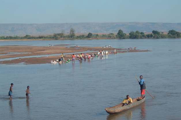 Lessive sur le fleuve Miandrivazo