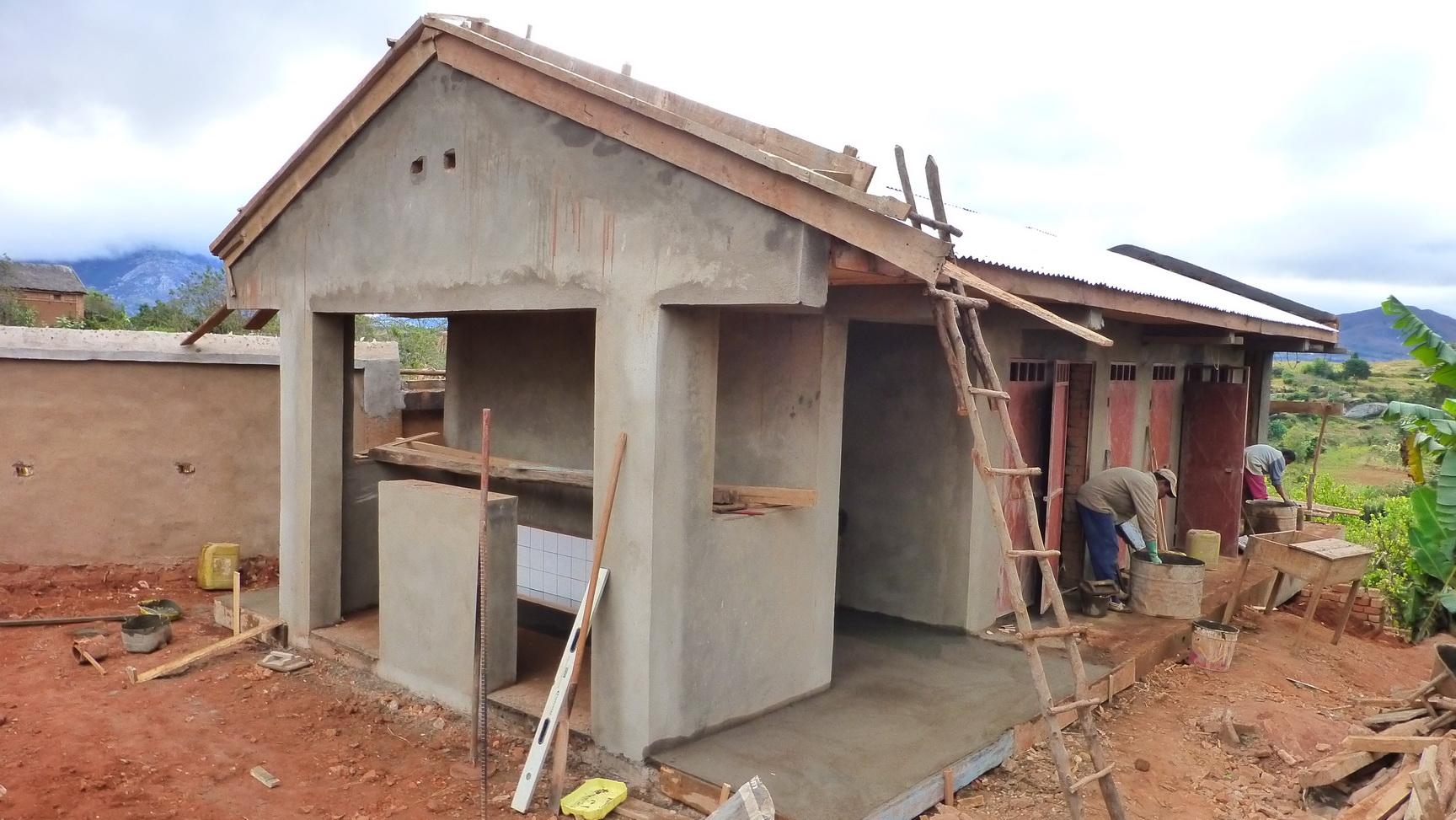 2016 Réfection des WC de l'école d'AMBOHIMAHAZO